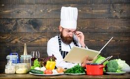 Suivez la recette homme barbu concentré faisant cuire dans la cuisine Aliment biologique suivant un r?gime Produit-l?gumes frais  photo libre de droits