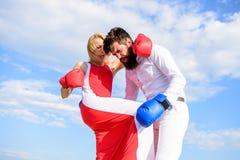 Suivez le cours de l'autodéfense L'attaque est la meilleure défense Défendez votre avis dans la confrontation Boxe de combat d'ho photos libres de droits