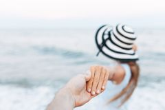 Suivez-moi à la mer, plan rapproché de fille, type tenant la main du ` s de fille photos stock