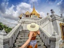 Suivez-moi au temple d'or de Bouddha photo libre de droits