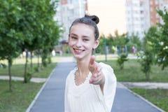 Suivez-moi avec la femme photos libres de droits