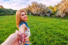 Suivez-moi avec la fille blonde dans le jardin de floraison Photos stock