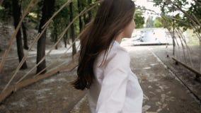 Suivez-moi concept de fille Sourire modèle d'étudiant assez heureux de jeunes et marche en parc clips vidéos