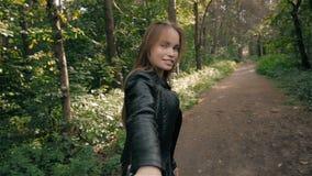 Suivez-moi concept de fille Sourire modèle d'étudiant assez heureux de jeunes et marche en parc mode de vie sain d'étudiant banque de vidéos
