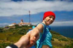 Suivez-moi - jeune femme heureuse dans un chapeau rouge et avec un sac à dos b Photo libre de droits