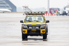 Suivez-moi voiture à l'aéroport Images libres de droits