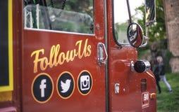 Suivez-nous pour se connecter l'autobus photographie stock libre de droits