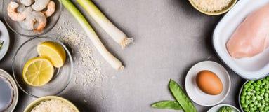 Suivez un régime la consommation avec le filet cru de poulet, l'oeuf, le riz et l'assaisonnement frais sur le fond en pierre gris Photographie stock