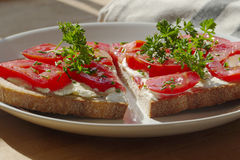Suivez un régime la nourriture, la panez avec des tomates d'un plat, l'amincissez vers le bas Photographie stock
