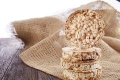 Suivez un régime la pile de gâteaux de riz sur la table en bois couverte de serviette de fabrication domestique, foyer sélectif,  Photo libre de droits