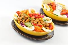 Suivez un régime la salade avec des paraboloïdes de viande de poulet Photo libre de droits