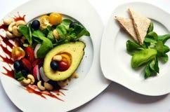 Suivez un régime la salade avec l'avocat et tous autres légumes et pain croustillant Image stock