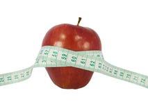 Suivez un régime le concept avec une pomme rouge et une bande de mesure Photo libre de droits