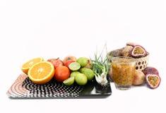 Suivez un régime le concept Fruits et légumes avec sur l'échelle de poids Photos libres de droits