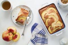 Suivez un régime le gâteau mousseline de yaourt avec des pêches sur la table Nourriture Homebaked Photo stock