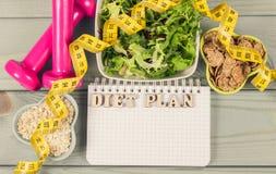 Suivez un régime le plan, le menu ou le programme, le ruban métrique, les haltères et la nourriture de régime, la perte de poids  Photo libre de droits