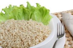 Suivez un régime le plat du riz bouilli d'aliment complet avec de la salade d'isolement image stock