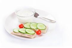 Suivez un régime les sandwichs avec du yaourt, nourriture saine sur le blanc Image libre de droits