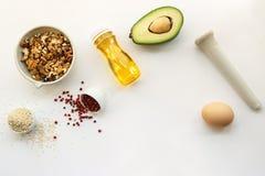 Suivre un régime de cétonique nourritures ketogenic sur le fond blanc avec l'espace de copie bas carburateur, haute bonne graisse images stock