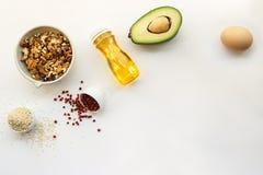 Suivre un régime de cétonique nourritures ketogenic sur le fond blanc avec l'espace de copie bas carburateur, haute bonne graisse image libre de droits