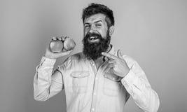 Suivre un régime de fruit Joignez le mode de vie sain Homme avec la main de fruit de pomme de prise de hippie de barbe Faits de n images stock