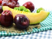 Suivre un régime sain de consommation de fond mélangé de fruits de fruits frais Photos libres de droits