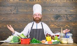 Suivre un r?gime avec l'aliment biologique Produit-l?gumes frais de vegetables Chef professionnel dans l'uniforme de cuisinier vi images libres de droits