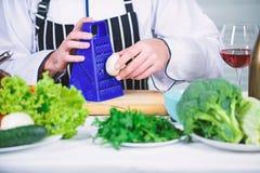 Suivre un r?gime et aliment biologique, vitamine cuisinier d'homme dans la cuisine, culinaire Cuisson saine de nourriture Homme d image libre de droits