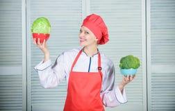 Suivre un r?gime et vitamine cuisine culinaire cuisinier dans le restaurant, uniforme Chef professionnel Cooking dans la cuisine  photographie stock libre de droits
