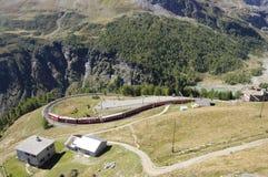 Suiza del sur: El tren de Bernina está curvando con el Swis Fotografía de archivo libre de regalías