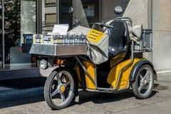 Suiza, Ginebra - junio de 2015 Motocicleta de la entrega de los posts del suizo en la calle en el centro de ciudad de Ginebra Los fotos de archivo libres de regalías