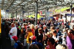 Suiza: masas de la gente, en el trainstation Lauterbrunnen imagen de archivo