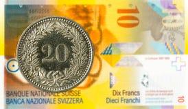 20 suizos rappen la moneda contra billete de banco del franco suizo 10 foto de archivo libre de regalías