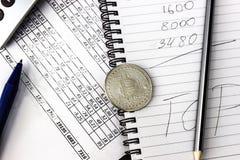 Suje em seu desktop Calculadora, caderno, documentos, Bitcoin imagens de stock