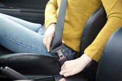 Sujeción de un cinturón de seguridad Imagen de archivo libre de regalías