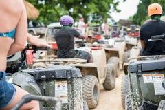 A sujeira bikes e monta na lama na República Dominicana imagens de stock