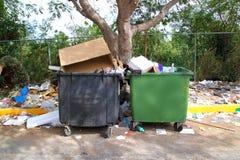 Sujeira desarrumado suja dos recipientes de lixo em toda parte Fotografia de Stock Royalty Free
