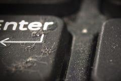 Sujeira e poeira nos botões do portátil Close-up a parte traseira e o primeiro plano são borrados fotos de stock