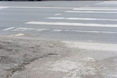 Sujeira em um cruzamento pedestre foto de stock