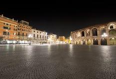 Sujetador y arena de la plaza por Night - Verona Italia Fotografía de archivo libre de regalías