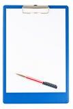 Sujetapapeles azul en blanco con una pluma Imagenes de archivo