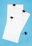Sujetapapeles con el papel ajustado imagen de archivo