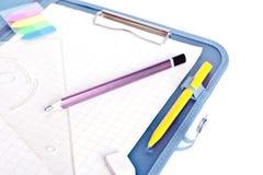 Sujetapapeles con la pluma, el cartabón, el borrador y el lápiz imágenes de archivo libres de regalías
