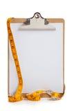 Sujetapapeles en blanco con la cinta de medición Foto de archivo libre de regalías