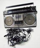 Sujete con cinta adhesiva el boombox que arroga Fotos de archivo