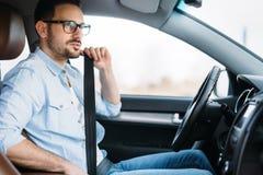 Sujete la correa del asiento de carro Seguridad primero del cinturón de seguridad mientras que conduce Foto de archivo libre de regalías