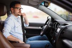 Sujete la correa del asiento de carro Seguridad primero del cinturón de seguridad mientras que conduce Fotos de archivo libres de regalías