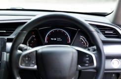 Sujete la señal de peligro del cinturón de seguridad en la información del tablero de instrumentos del coche para s Imágenes de archivo libres de regalías