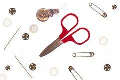 Sujets pour la couture : ciseaux, broches, boutons, bout Images libres de droits