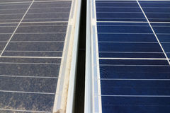 Sujo contra os painéis fotovoltaicos limpos imagens de stock royalty free